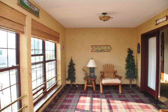 Stoney Creek Inn - Moline: porch, lacking in furniture