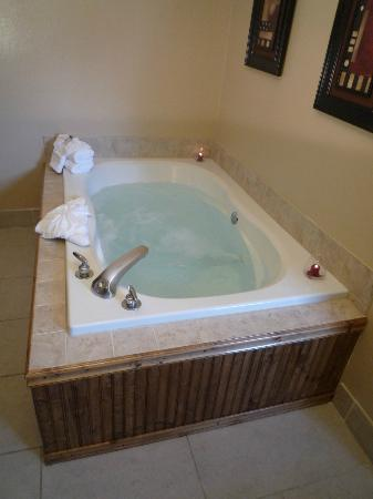 Cedars Inn Hotel: Jetted Jacuzzi Tub