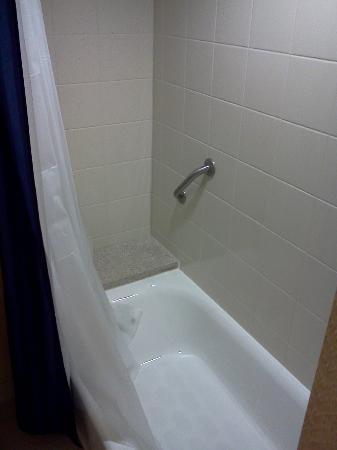 Courtyard by Marriott Kansas City Country Club Plaza: Clean bathrooms.