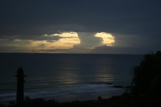 Playa Yankee, Nikaragua: Storm brewing out over the Ocean.. spectacular Light Shows to follow