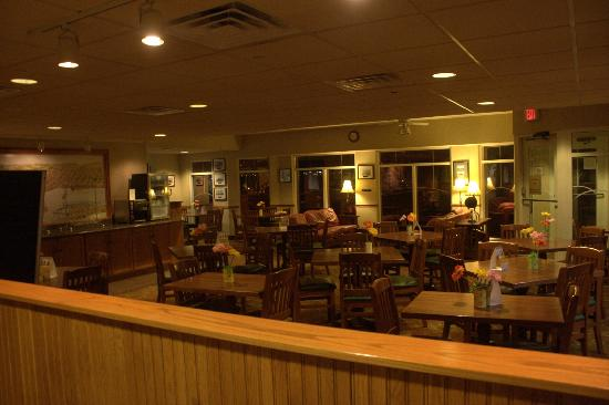 Comfort Suites Canal Park: Breakfast dining room and daytime lounge
