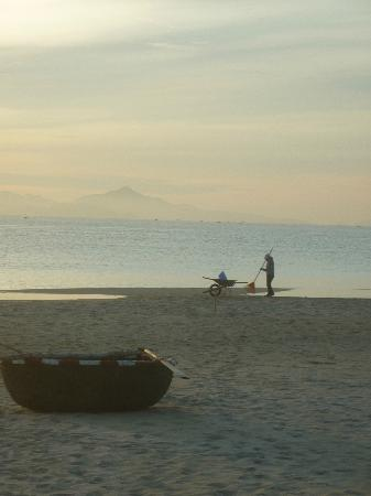 Vinpearl Luxury Da Nang: Grooming the beach at dawn