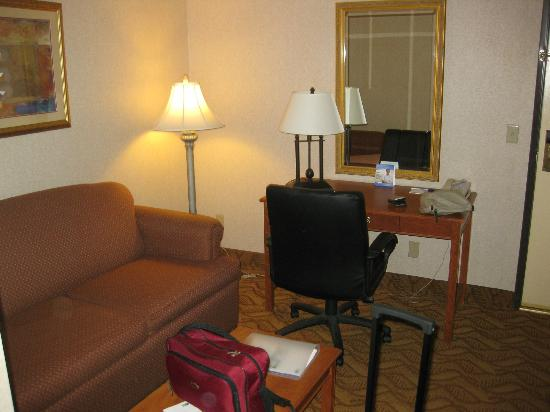 Holiday Inn Express Hotel & Suites Pasadena-Colorado Blvd.: living area