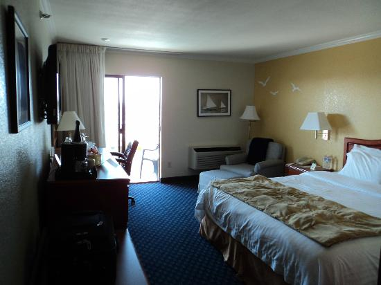 The Marina Inn on San Francisco Bay: Lovely bedroom w/ private balcony overlooking marina