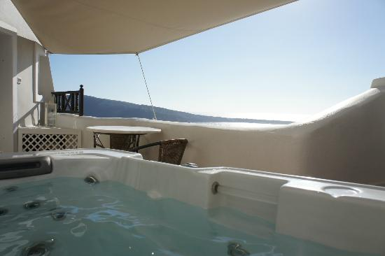 Art Maisons Luxury Santorini Hotels: Aspaki &amp; Oia Castle: Jacuzzi of Volcano Junior Villa