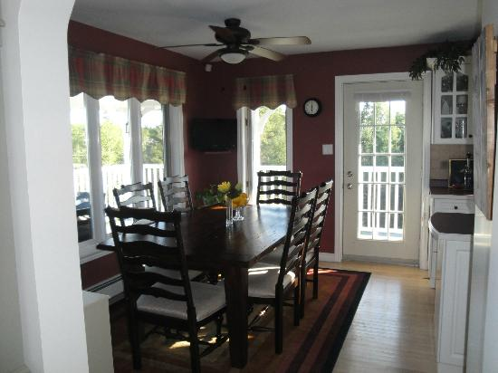 Gray Gables Bed and Breakfast: Breakfast Table