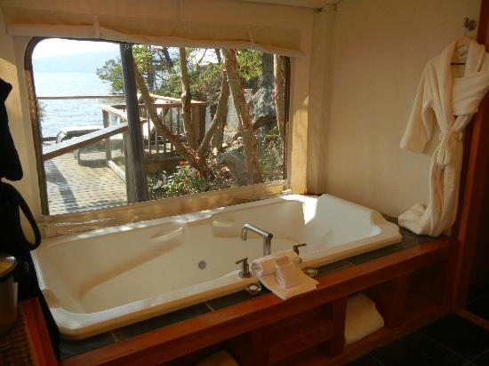 Rockwater Secret Cove Resort: The spa tub overlooking the ocean in our tent suite