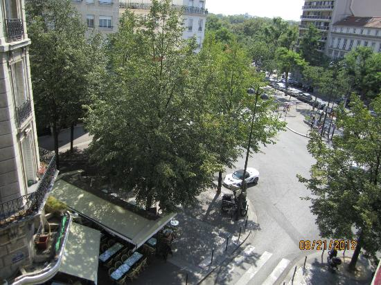 Hôtel Odessa Montparnasse: Two cafes and metro stop