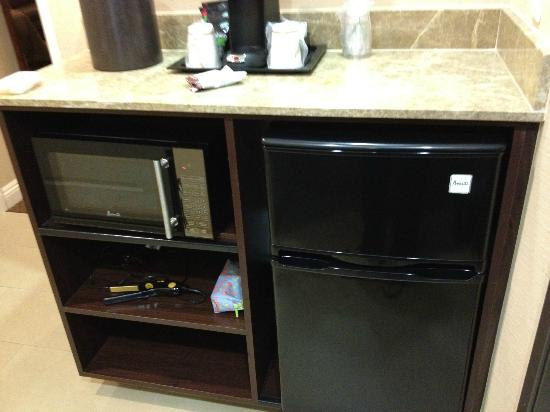 Ayres Hotel & Spa Moreno Valley: Nice-sized refrigerator & microwave, plus decent counter space.
