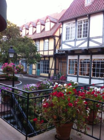 Petersen Village Inn: The beautiful garden courtyard which has shops & leads directly to downtown main street: Copenha