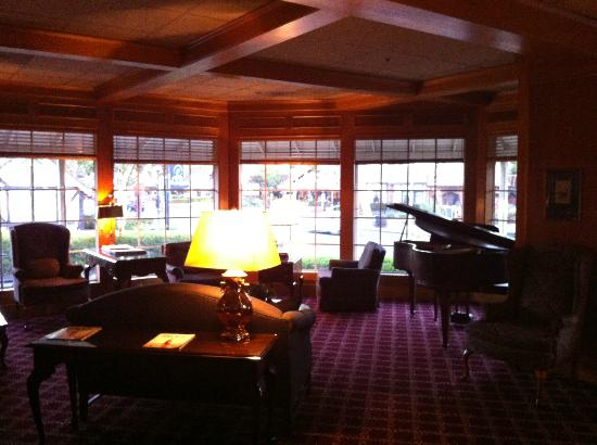 Petersen Village Inn: The lobby area with comfy sofa &amp; piano facing the street.