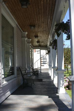 Old Stagecoach Inn: Front verandah