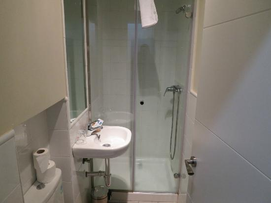 Hostal Madrid: Double room bathroom