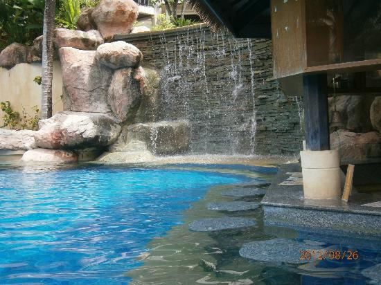 Horizon Karon Beach Resort & Spa: Swim up Bar & cascading drop pool