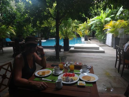 Blue Lime: Breakfast by the pool