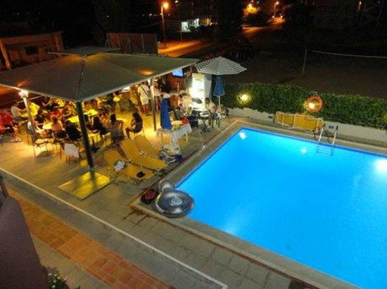 Hotel Alexandros M: POOL BAR NIGHT VIEW