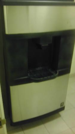 Courtyard by Marriott Sacramento - Folsom: Ice Machine pumping out endless crushed ice.
