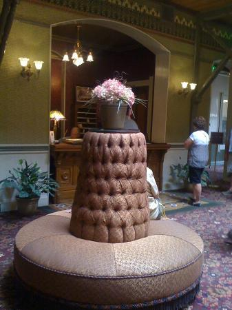 Beaumont Hotel & Spa: Waiting area to check-in