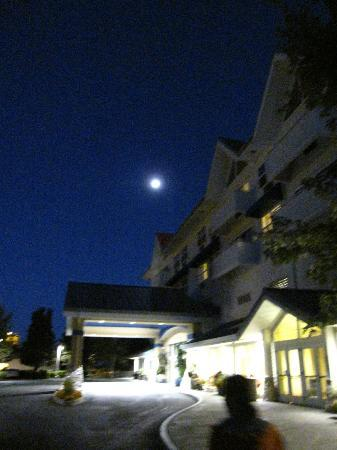 Sheraton Sonoma County - Petaluma: Sheraton Petaluma -front of the hotel at night