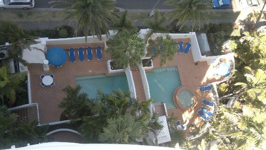 Burleigh Mediterranean Resort: Looking down at outdoor pool area from rooftop