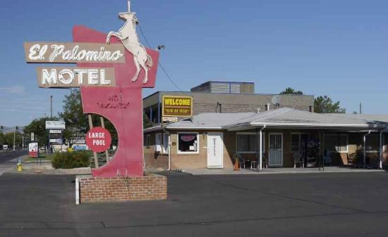 El Palomino Motel: Front entrance from the street