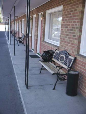 El Palomino Motel: Seating outside rooms