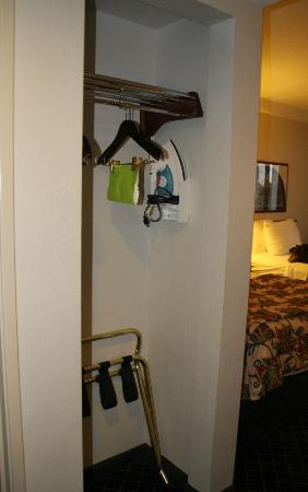 La Quinta Inn & Suites Madison American Center: Closet