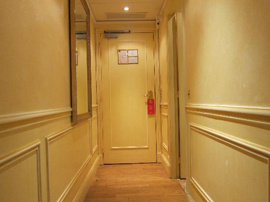 Hotel Lotti Paris: Entrance to our room