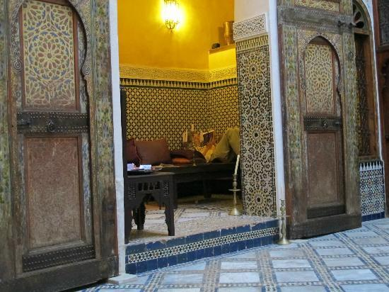 Dar Attajalli: Lounging area off atrium
