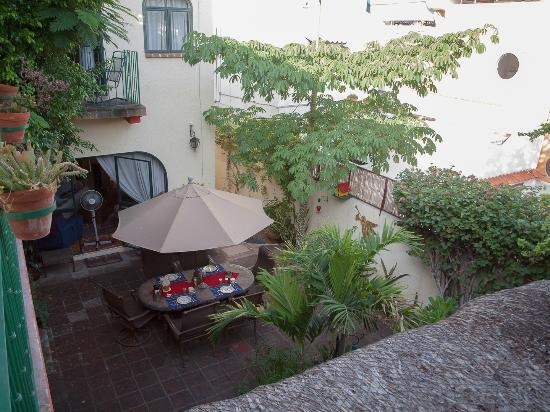 Casa Tuscany Inn: The charming courtyard where breakfast is served.