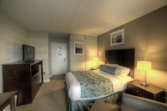 Get comfortable in a deluxe queen at Americana Hotel Washington, D.C. Area!