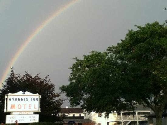 Hyannis Inn Motel: Rainbow over the hotel
