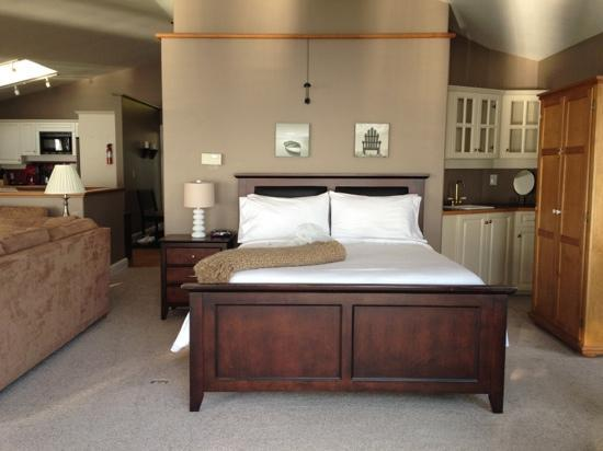 Beachside by the Bay: Bed in upper floor suite