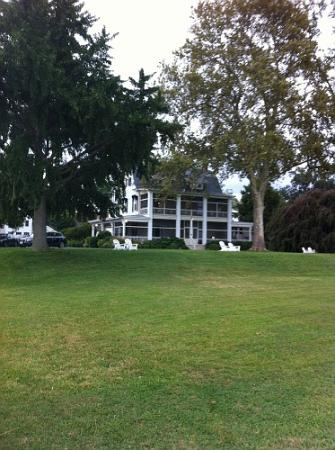 Sandaway Waterfront Lodging: view of the river from the lawn