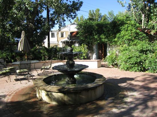 Casa Blanca Inn: courtyard fountain