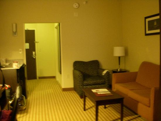 Comfort Suites East Broad at 270: Room looked exactly like the website pictures - sitting area
