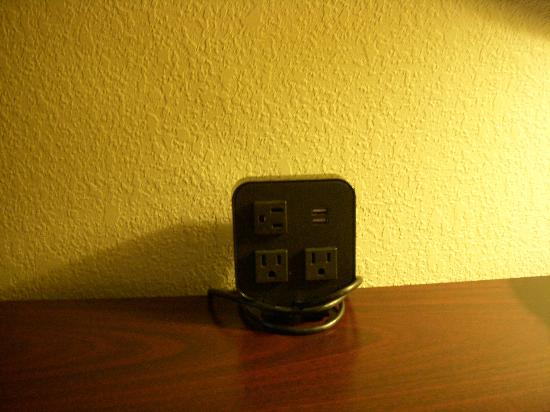 Comfort Suites East Broad at 270: usb port in the outlet!