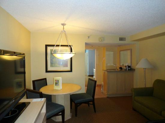 Embassy Suites Orlando/Lake Buena Vista Resort: Other side of living room