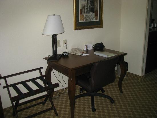 Country Inn & Suites Athens: Desk in Room 410