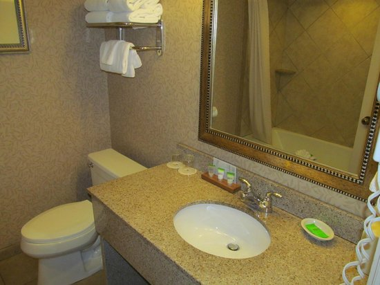 Red Lion Hotel Coos Bay: good size bathroom