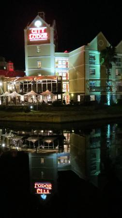 City Lodge V&A Waterfront: Hotel at night