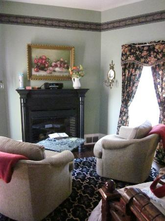 Whispering Pines Bed and Breakfast: electric fireplace and sitting area