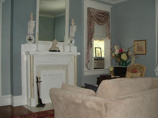 Spencer House Bed and Breakfast: Sitting Area connected to the suite