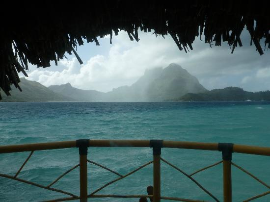 Bora Bora Pearl Beach Resort & Spa: Great view from the room...light shower in the early morning.