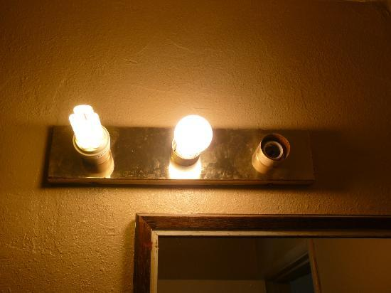 Knights Inn Big Bear Lake: The bathroom vanity lights...