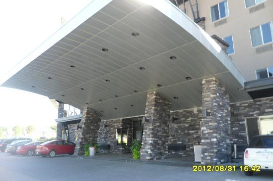 Comfort Suites Kelowna: Entrance to Comfort Suites