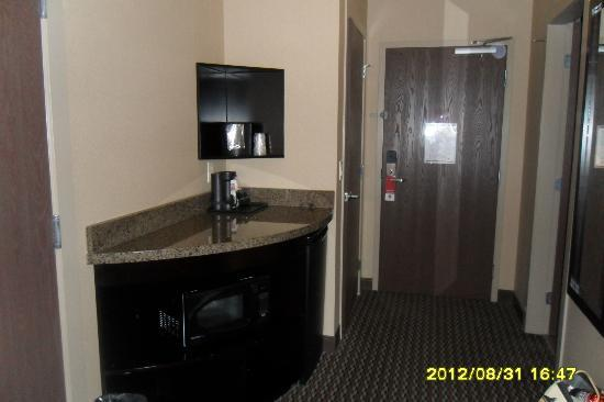 Comfort Suites Kelowna: Corner Stand with Coffee Maker & Handy Fridge