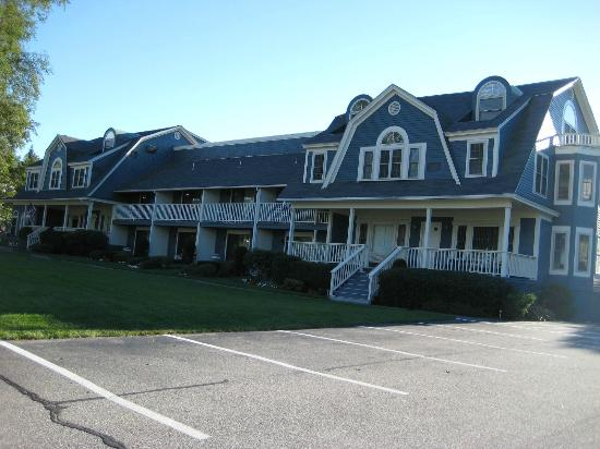 Seacastles Resort Inn and Suites: Looking at Seacastles from Shore Road