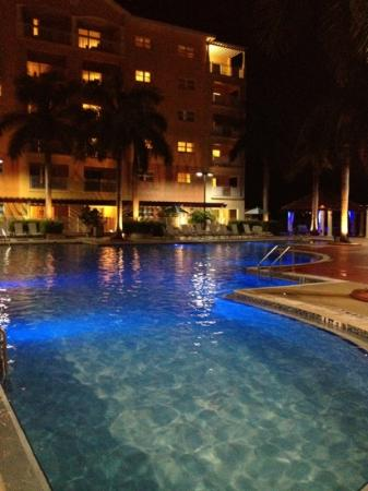 Marriott's Villas at Doral: pool at night