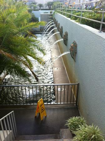 The Westin South Coast Plaza: Sideview of the waterfall terrace